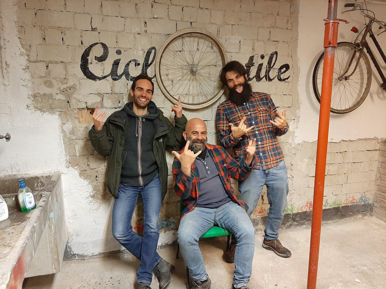 Foto di gruppo con Rotafixa il giorno dell'inaugurazione di Ciclostile, cilcofficina popolare del Centro Sociale Bruno di Trento