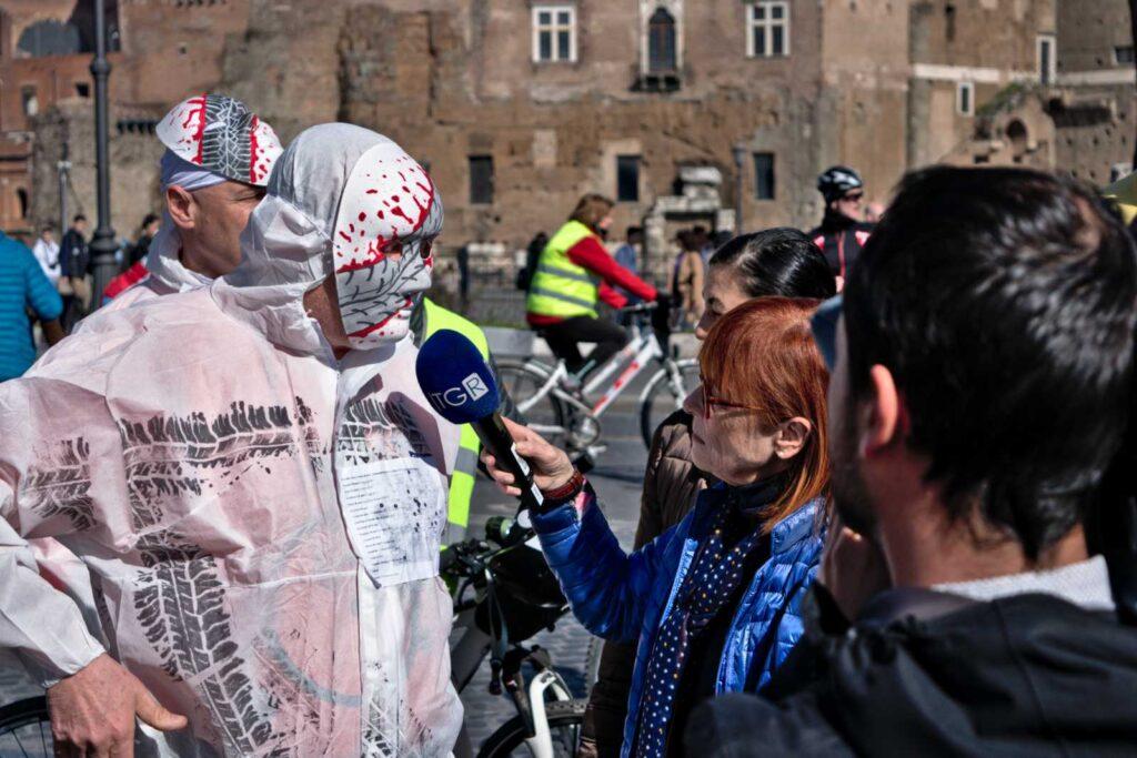 La stampa intervista gli attivisti di Salvaiciclisti Roma alla manifestazione #bastamortinstrada