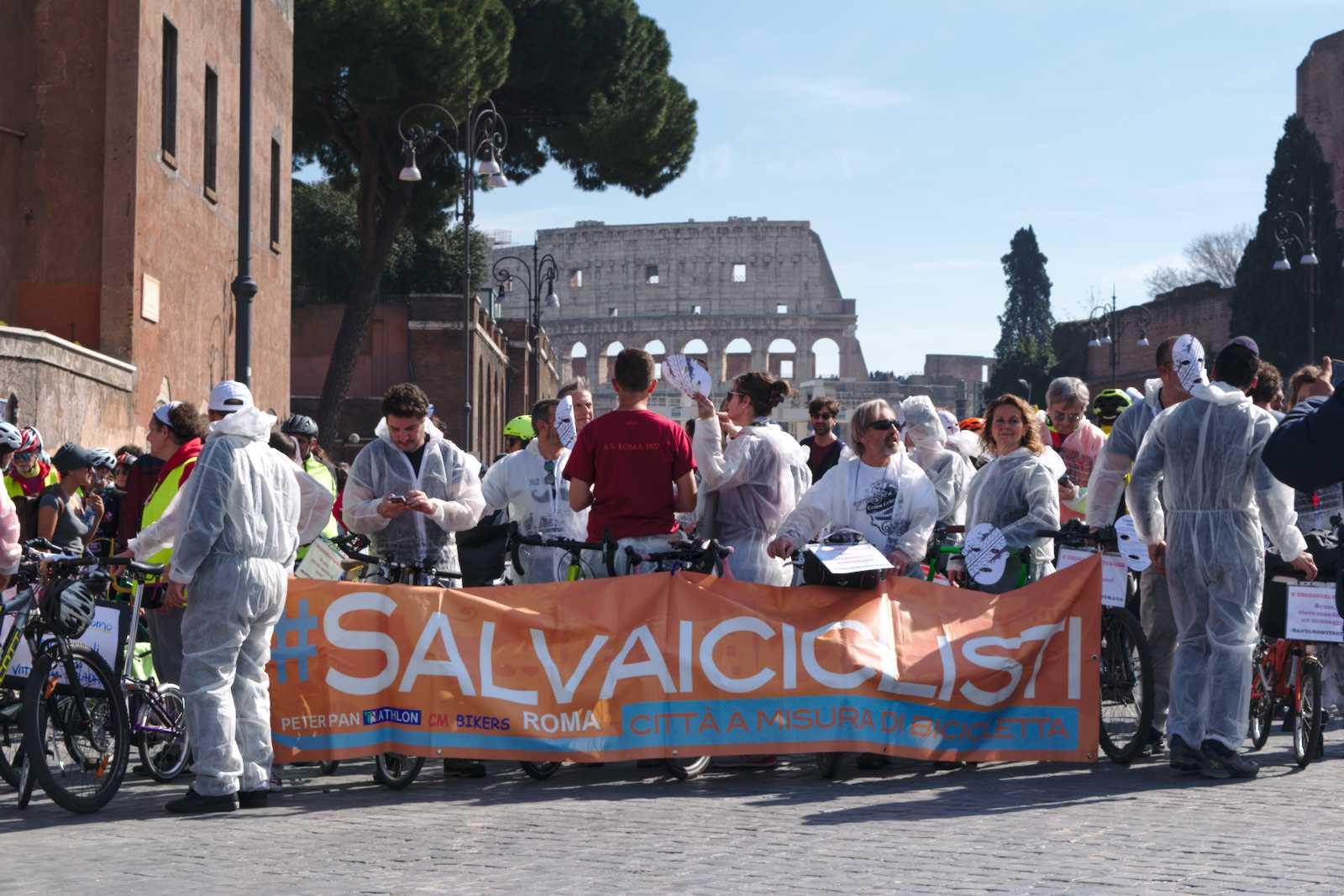 Striscione di Salvaiciclisti Roma davanti al Colosseo alla manifestazione #bastamortinstrada del 23 febbraio 2020 a Roma