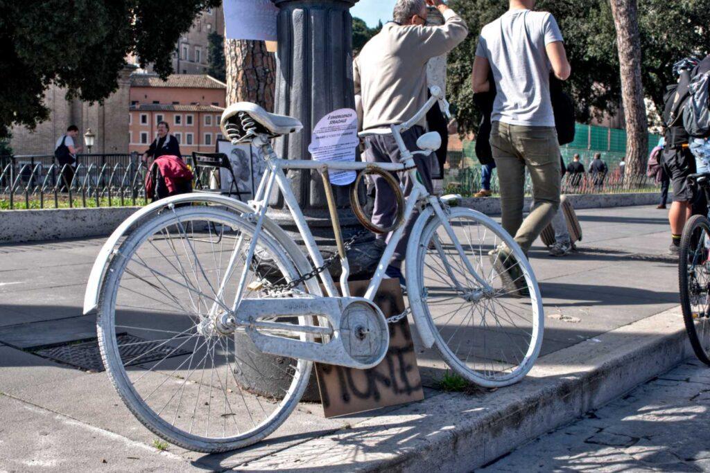 Il palo di Eva con la ghostbike in via dei Fori Imperiali a Roma.