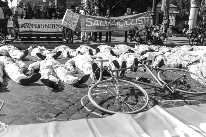 Flashmob di Salvaiciclisti Roma alla manifestazione #bastamortinstrada