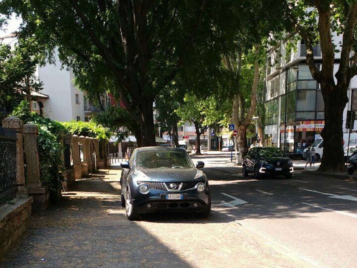 Auto parcheggiata sul marciapiede in VIa Torre Vanga a Trento