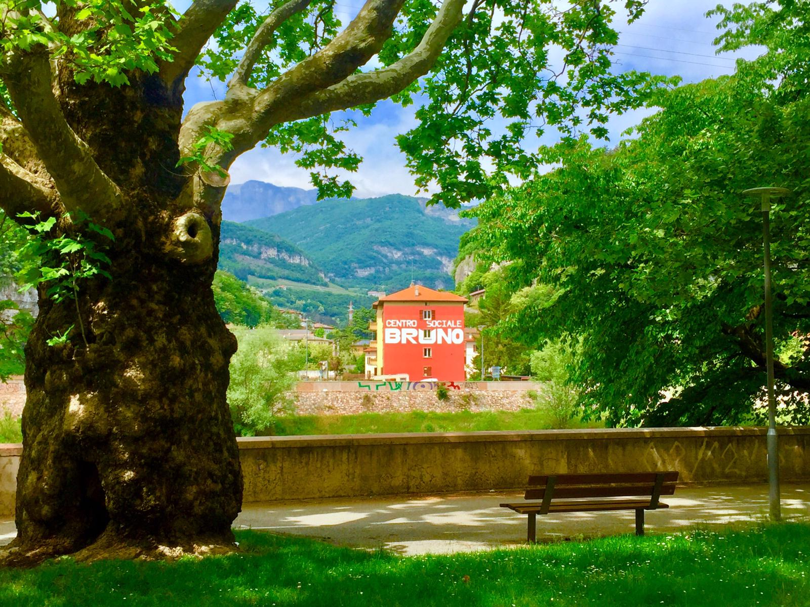 Centro Sociale Bruno visto dalla sponda sinistra dell'Adige