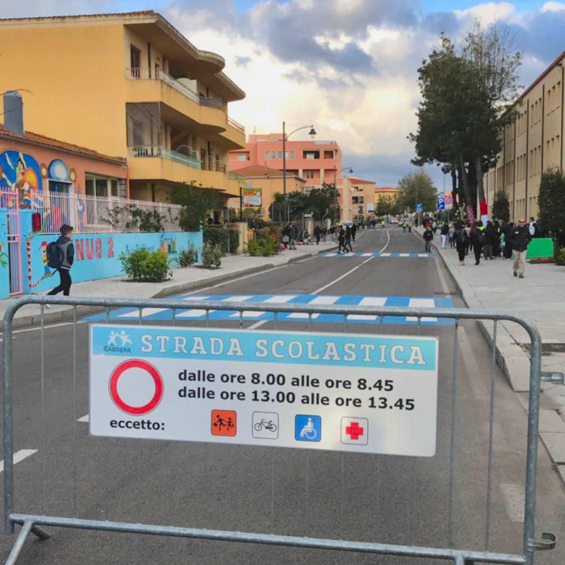 Cartello di strada scolastica a Olbia