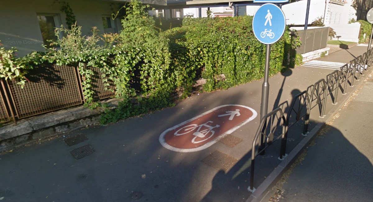 Un marciapiede ciclopedonale a Trento, esempio di cattive infrastrutture ciclabili.