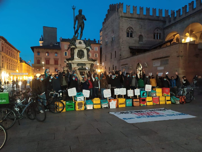 Protesta dei Rider contro l'accordo truffa di UGL e Assodelivery a Bologna